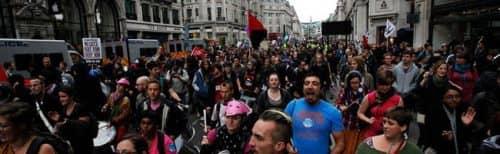 собрание людей в Лондоне