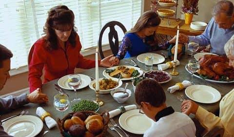 семья празднует День Благодарения