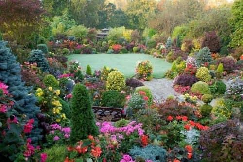 Английский сад, оформленный в разных цветах