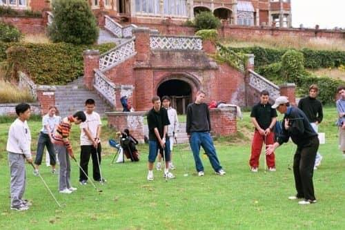 Обучение игры в гольф является обязательным для многих школ-пансионов